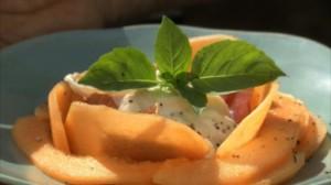 Pétales de melon et de parme et burrata dans Miam Miam dif08-01-petales-de-melon-10947739uftfz_2084-300x168